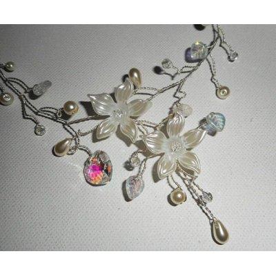 Collier aérien en cristal blanc avec fleur et perles nacrées