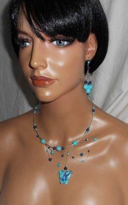 Collier aérien en pierres bleu turquoise et bleu foncé avec papillon sur fil cablé