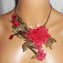 Collier broderie de fleurs roses avec feuillage sur chaine noire