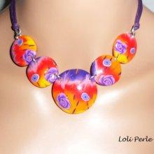 Collier cabochons d'argile fleuri rouge multicolore sur cordons violet