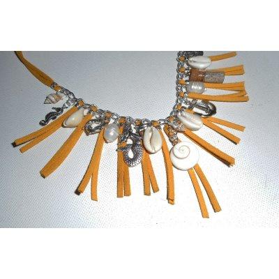 Collier coquillages avec pampilles argent sur cordon en daim jaune