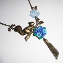 Collier écureuil avec bouquet floral bleu et pompon bronze