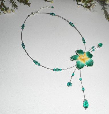 Collier câblé cristal vert avec fleur d'hibiscus en argile