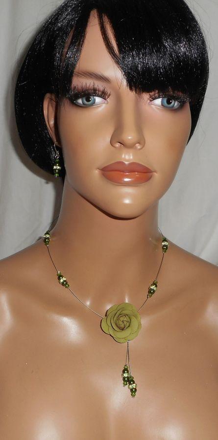 Parure Collier câblé cristal et perles de verre nacré vert avec rose en cuir