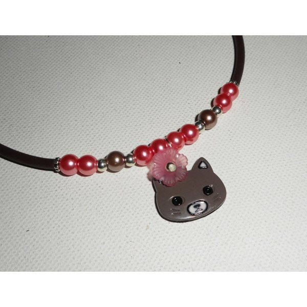Collier enfant chat en émail avec perles de verre rose et fleurs sur buna corde marron