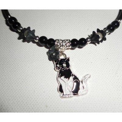 Collier enfant  chat en émail avec perles de verre noir et fleurs blanches sur buna corde noir
