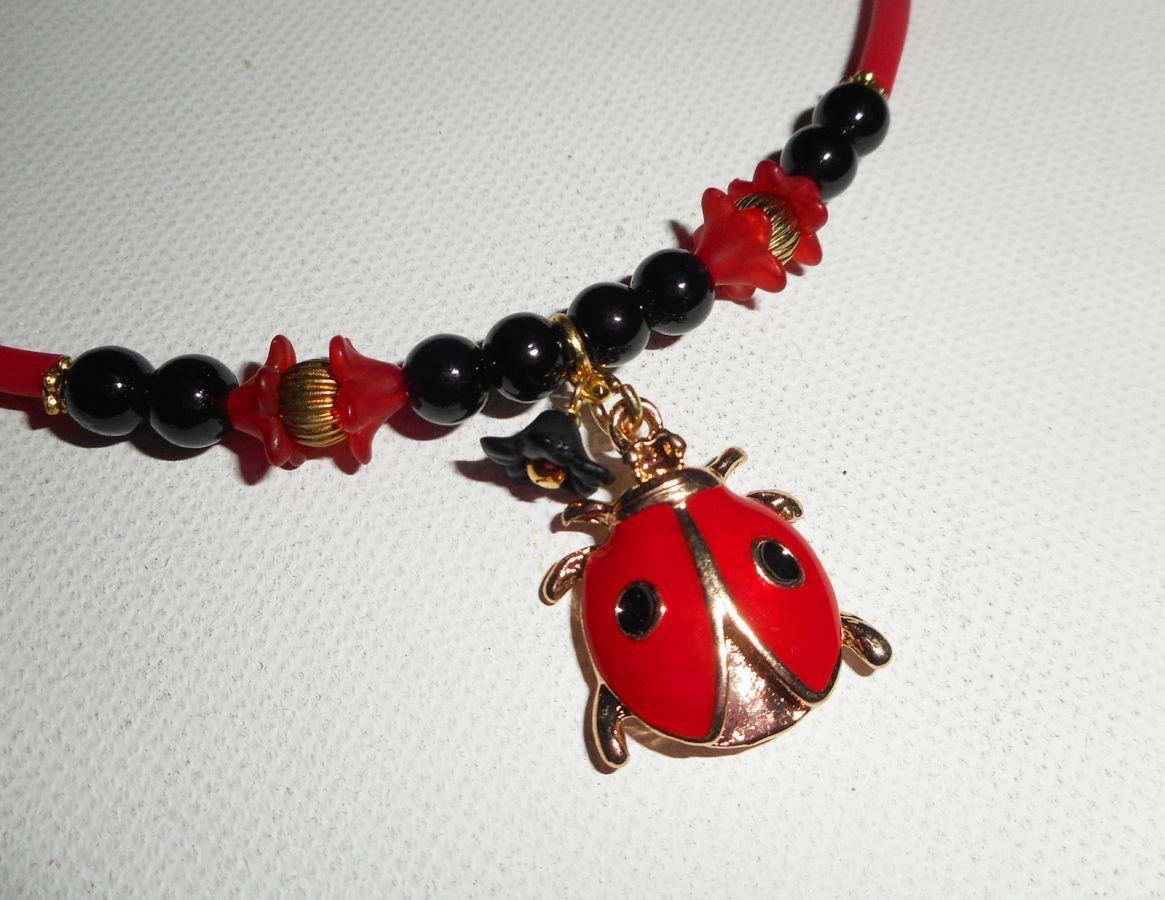 Collier enfant coccinelle en émail rouge avec perles de verre sur buna corde