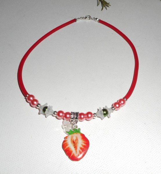 Collier enfant fraise rouge avec perles de verre rose et verte sur buna corde rouge