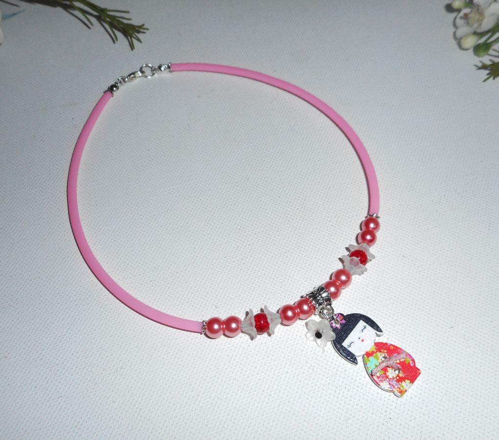 Collier enfant  kokeshi avec perles de verre rose et fleurs sur buna corde rose
