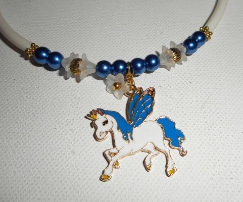 Collier enfant licorne en émail avec perles de verre bleu et fleurs sur buna corde blanc