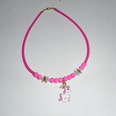 Collier enfant poney en émail avec perles de verre rose et fleurs blanches sur buna corde rose