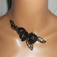 Collier en fine dentelle noire motif fleurs et feuillage sur chaine argent