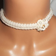 Collier fleur écru au crochet sur galon fantaisie brodé avec perles de verre