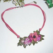 Collier fleurs en argile et tortue rose en émail sur cordon