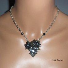 Collier fleurs de lotus noir sur feuillage vert avec cristal