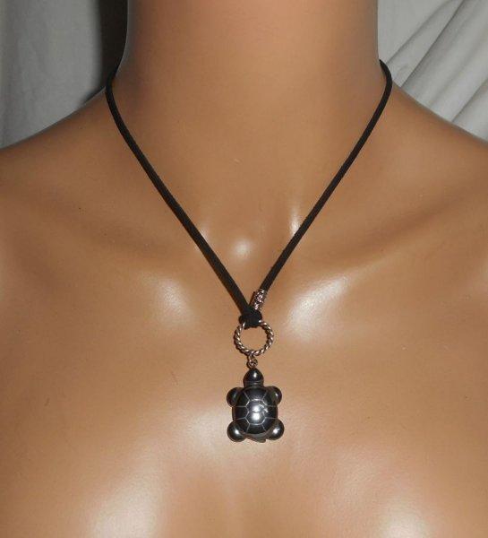 Collier lacet en daim noir avec tortue en pierre d'hématite
