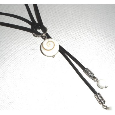 Collier lacet en daim noir avec oeil de Ste Lucie et nacre