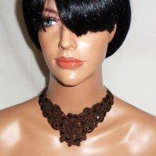 Collier original en dentelle marron fleuri et brodé de perles et sequins