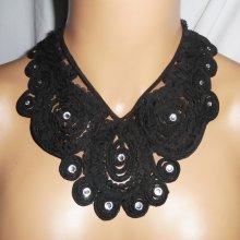 Collier original grand ras de cou fleurs en dentelle noire avec cristal de Swarovski