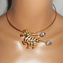 Collier original avec zèbre en émail et perles assorties