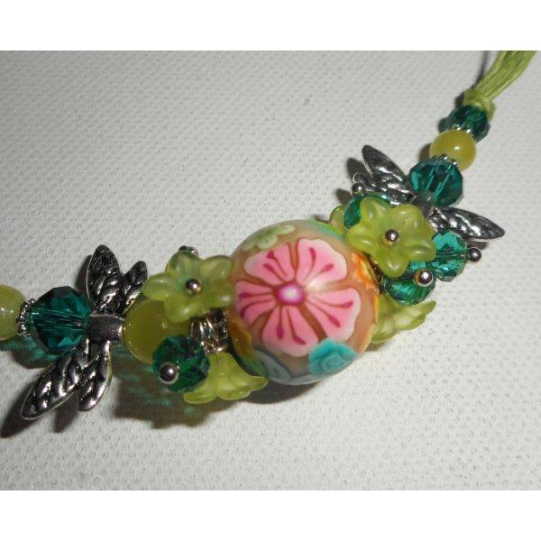 Collier perle fleurie verte avec perles en cristal sur cordon assorti