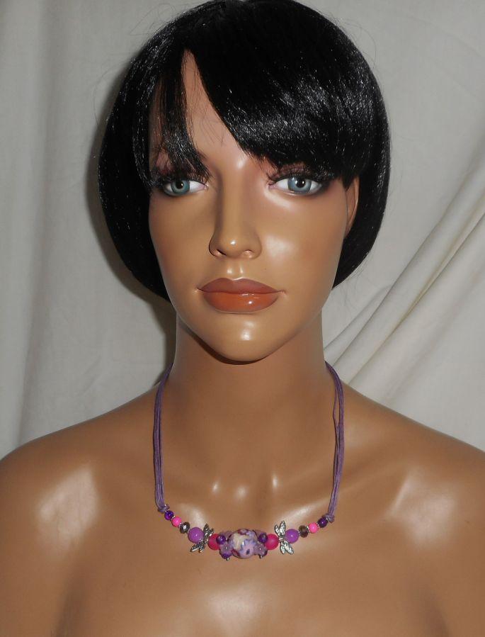Collier perle fleurie violet avec perles en cristal sur cordon assorti
