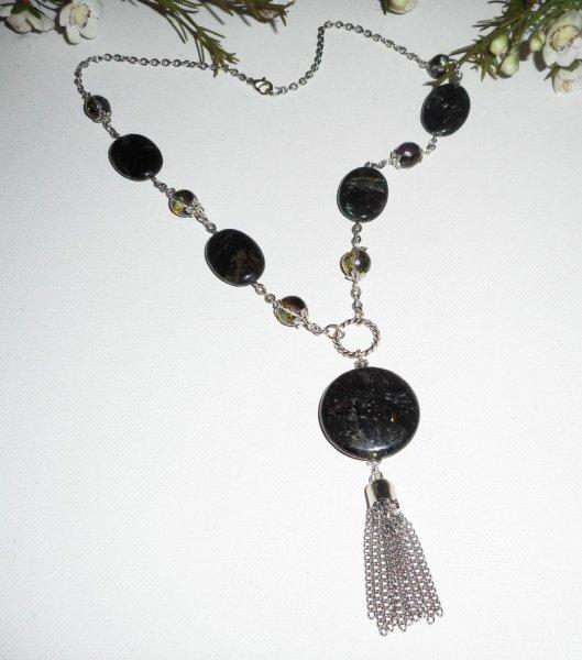 Collier en pierres d'astrophilite avec perles en cristal et pompon en métal argent