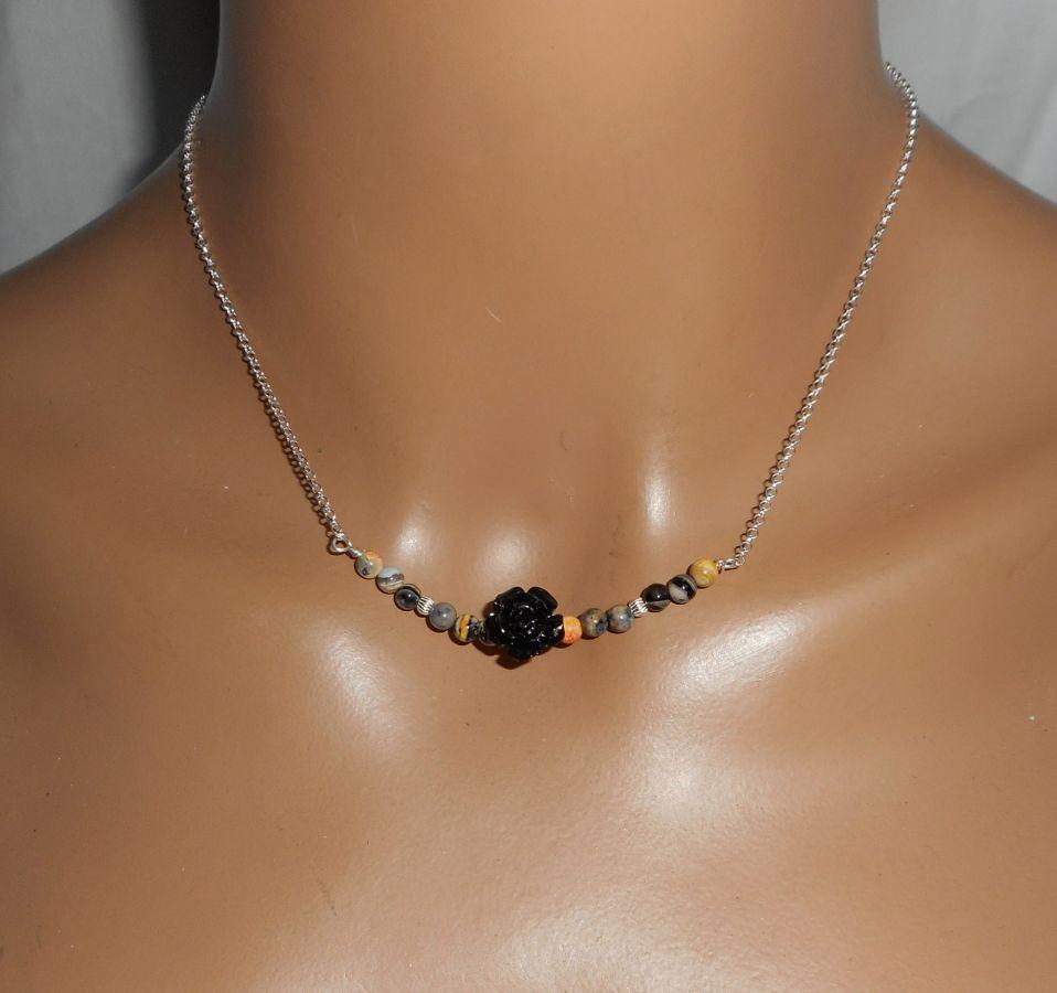 Collier rose sculptée en gorgone noire avec petites agates sur chaine argent 925