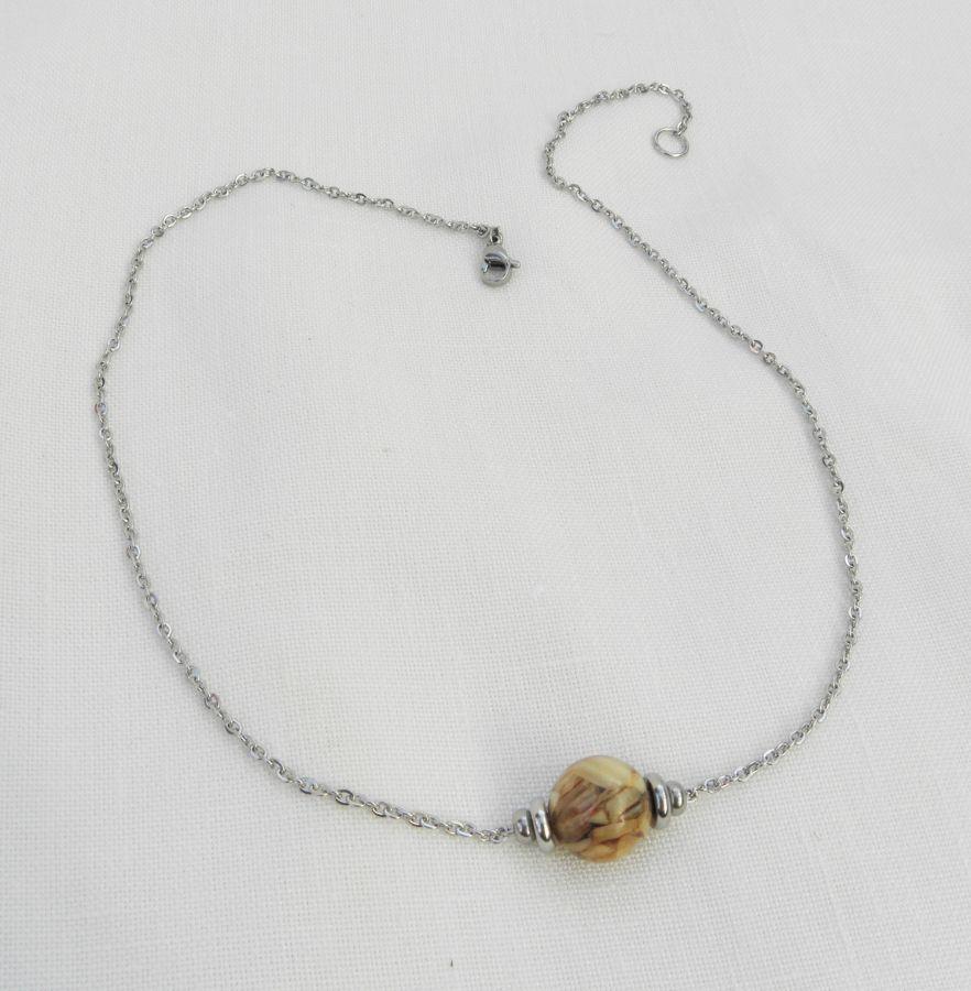 Collier solitaire avec perle en nacre marron et perles en acier inoxydable