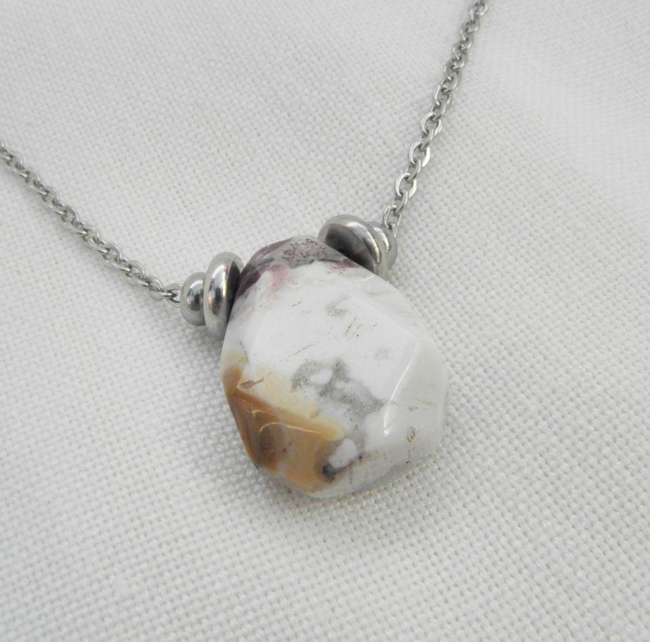 Collier solitaire avec pierre en agate crazy et perles en acier inoxydable