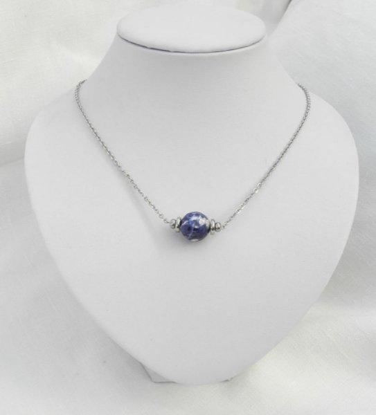 Collier solitaire avec pierre bleu en sodalite ronde et perles en acier inoxydable