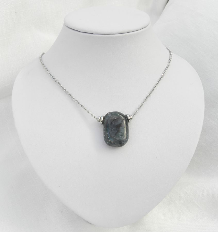 Collier solitaire avec pierre bleu en sodalite rectangle et perles en acier inoxydable