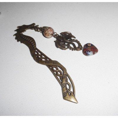 Marque page dragon en métal bronze avec nacre et coeur