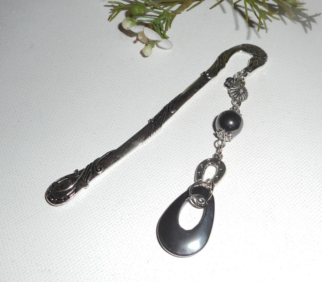 Marque page avec petit fer à cheval argent et pierres d'hématite