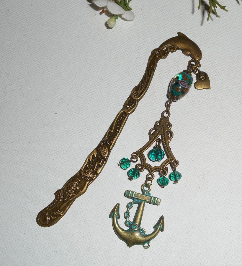 Marque pages dauphin en métal bronze avec perles en cristal vert et encre