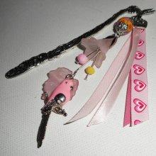 Marque pages perle fleurie avec perroquet en émail et perles roses