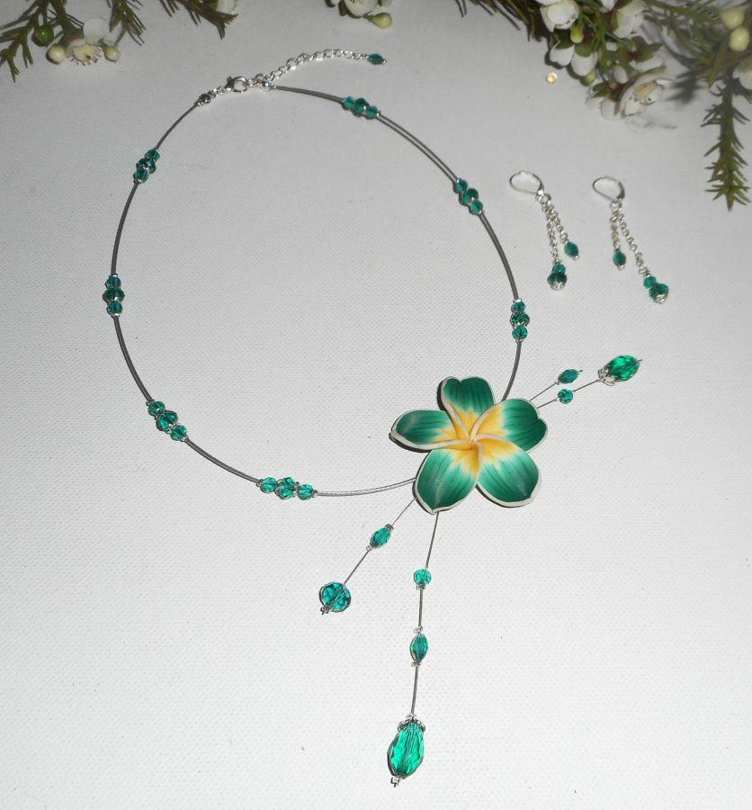 Parure Collier câblé cristal vert avec fleur d'hibiscus