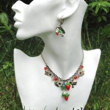 Parure Collier fraises rouges avec petites fleurs en argile et pampilles sur chaine bronze