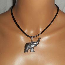 Pendentif  éléphant en pierre d'hématite sur cuir noir