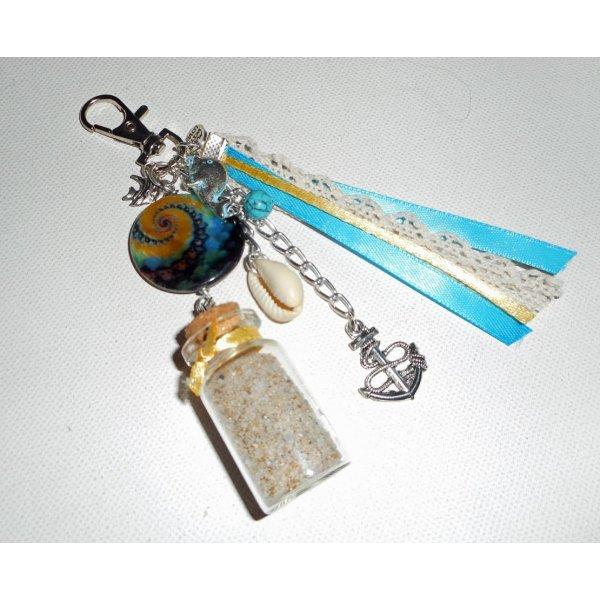 Porte clés/Bijoux de sac palet de nacre bleu jaune avec bouteille de sable et coquillage