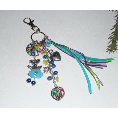 Porte clés/Bijoux de sac poupée bleue avec perles et rubans multicolores