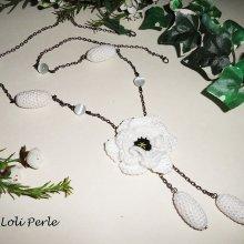 Sautoir fleur blanche et perle crochetée  sur chaine noire