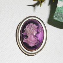 Broche camé violet dame au chapeau dans un cadre ovale