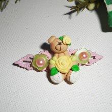 Broche avec ourson et fleur jaune sur estampe rose