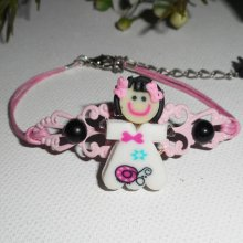 Bracelet enfant poupée avec cabochons noirs estampe rose sur cordon en coton ciré