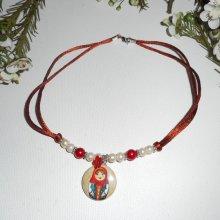 Collier poupée russe avec perles de verre rouge et ecru nacré  sur cordon en soie