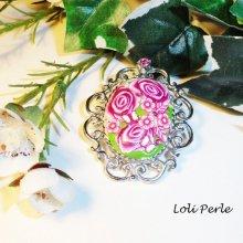 Broche camé floral en argile avec strass rose et verte