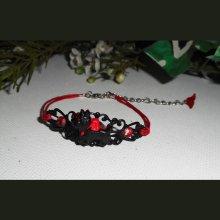 Bracelet chien noir avec strass rouge sur estampe noire et cordon en coton ciré