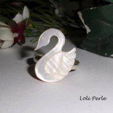 Bague cygne en nacre  sur anneau en métal argent réglable