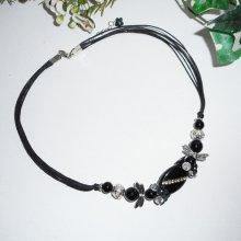 Collier  pierre d' onyx et cristal  avec fleurs et papillons sur multi cordons noirs